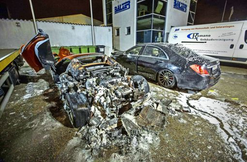 Eine halbe Million Euro teuer sind die beiden Autos, die in der Nacht auf Montag in Ludwigsburg gebrannt haben. Foto: 7aktuell/Adomat