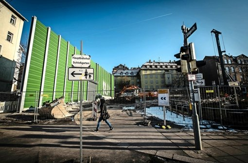 An der Willy-Brandt-Straße wird sich bald eine größere Baugrube auftun. Die Häuser am Hang müssen gesichert werden, weil unter ihnen zwei Bahntunnel entstehen. Foto: Lichtgut/Leif Piechowski
