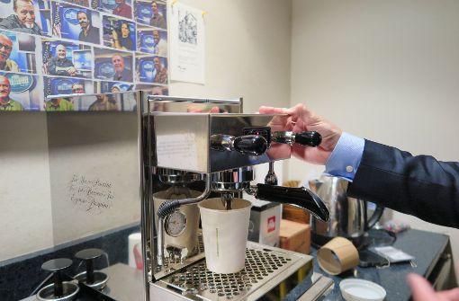 Tom Hanks schenkt Reportern Espressomaschine