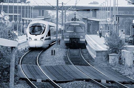 Leinfelden, Bahnhof: Die Montage zeigt die Begegnung einer S-Bahn mit einem ICE im Bahnhof Leinfelden. Foto: StN/Grafik: Lange