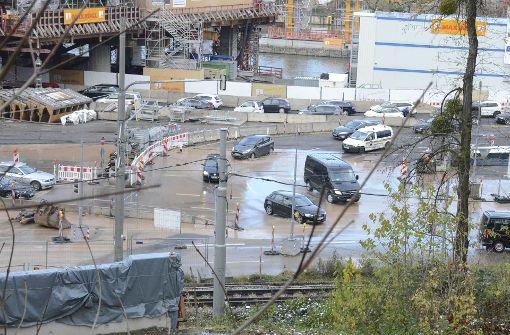 Nach einem Wasserrohrbruch auf einer Baustelle am Rosensteinpark ist am Freitagnachmittag Wasser auf die Bundesstraße 10 geflossen. Foto: 7aktuell.de/Wolfgang Rüter