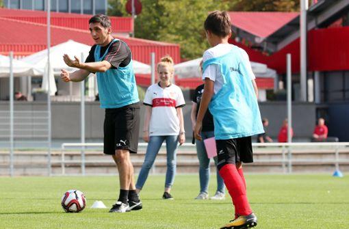 ... und dem Trainerteam des VfB Stuttgart auf dem Spielfeld trainieren. Foto: Pressefoto Baumann