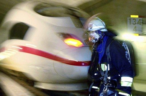 Feuer im Tunnel (wie hier 2001 bei einer Übung), Bahnhöfen oder Zügen sind für die Feuerwehr eine Herausforderung. Kritik der Retter am Brandschutz von Stuttgart21 weist die Bahn aber zurück. Foto: dpa