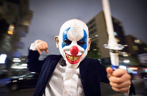Grusel-Clowns mit Messern und Scheren unterwegs