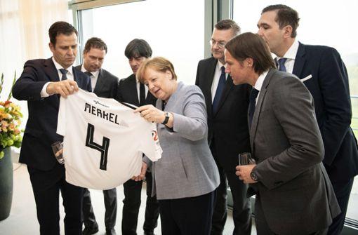 Bundestrainer Löw schenkt Merkel ein eigenes Trikot