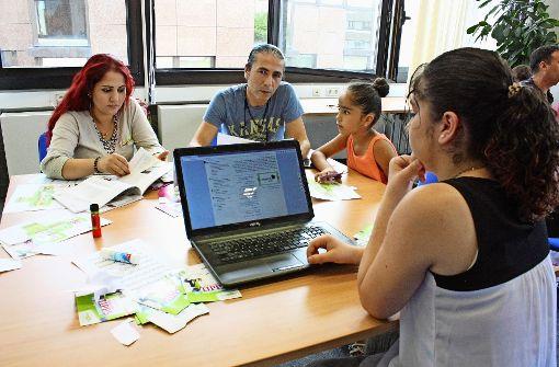 Gulizar Darwish und  Mohamad Othman aus Syrien haben sich mit ihren Kindern Tipps von einem Medienpädagogen geholt. Foto: N. Kanter