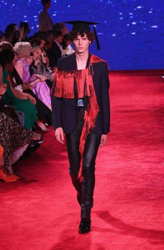 Ein weiterer Entwurf der Frühjahr-Sommer-Kollektion bei Calvin Klein. Schwarz-rot waren die dominierenden Kontraste bei Chefdesigner Raf Simons. Auf dem Foto ein Ensemble mit College-Hut.  Foto: Getty Abo