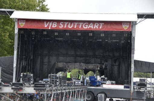 Auf dieser Bühne soll die Mannschaft später gefeiert werden. Foto: Andreas Rosar Fotoagentur-Stuttg