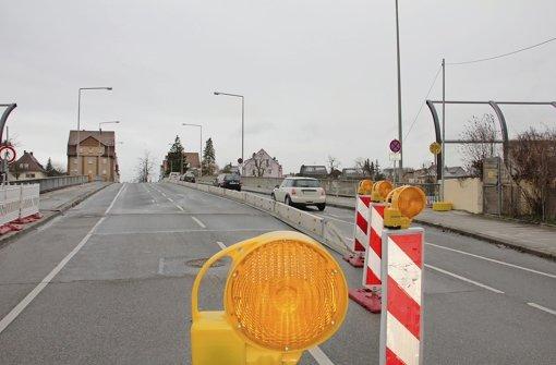 Der Asphalt auf der Zabergäubrücke ist deutlich in die Jahre gekommen. Foto: Bernd Zeyer