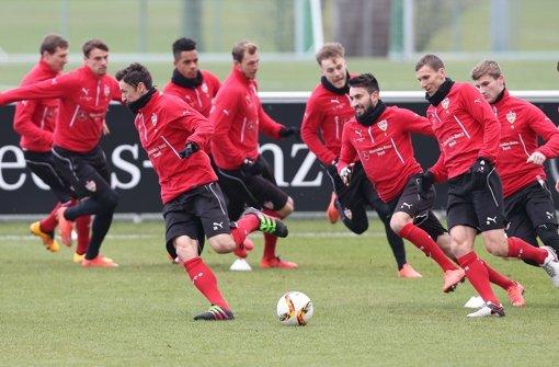 Gut gelaunt: Die Profis vom VfB Stuttgart trainieren für das Spiel am Samstag gegen Hannover 96. Foto: Pressefoto Baumann