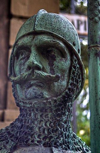 Auch wenn die bronzenen Ritterfigur von Heinz Fritz noch so grimmig schaut, das Lapidarium empfängt die Besucher in den Monaten Mai bis September mittwochs bis samstags von 14 bis 18 Uhr und sonntags von 11 bis 18 Uhr. Das Standbild stammt übrigens vom alten Stuttgarter Rathaus. Foto: Leserfotograf thomas_korntal