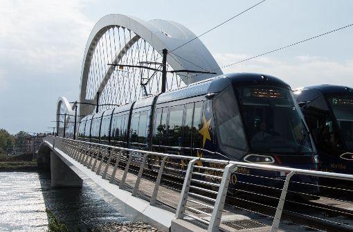 Straßenbahn fährt von Straßburg nach Kehl am Rhein