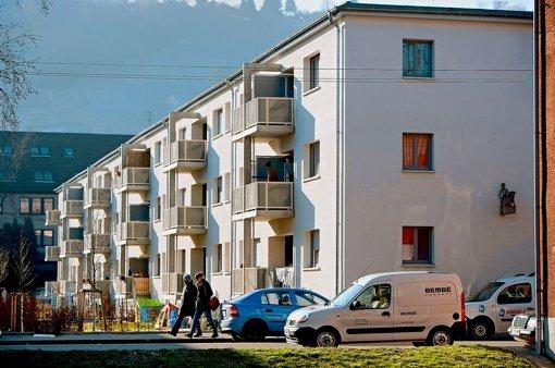 Die Häuser der Inselsiedlung haben größere Balkone bekommen. Foto: Michael Steinert