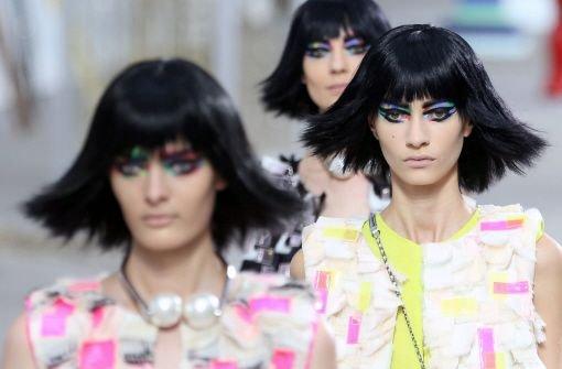 Farbiges Statement und viel Prominenz in Paris: Zum Abschluss der Fashion Week zeigte Karl Lagerfeld seine Entwürfe für Chanel. Hier sind die Bilder vom Laufsteg. Foto: dpa