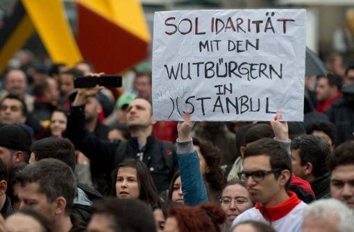 Aus Solidarität mit den Demonstranten in Istanbul sind in Stuttgart am Samstag Hunderte auf die Straße gegangen. Foto: dpa