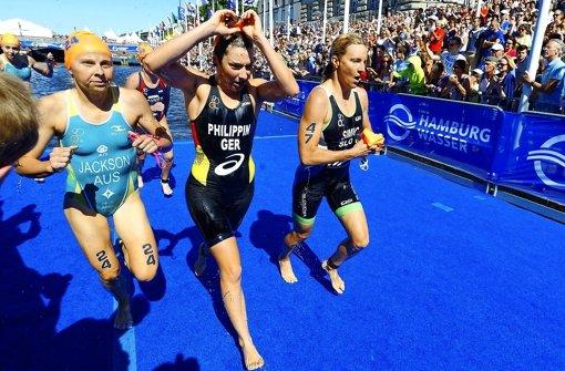 Raus aus dem Wasser und Schwimmbrille runter: Hanna Philippin ist in Hamburg auf dem Weg zu einer Top-Ten-Platzierung. Foto: Petko Beier
