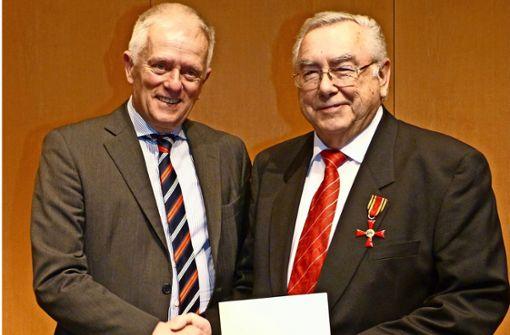 Oberbürgermeister Fritz Kuhn (links) überreicht im Namen des Bundespräsidenten das Bundesverdienstkreuz an Werner Feinauer. Foto: Alexander Müller
