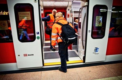 Der gelb markierte Schiebetritt der neuen S-Bahn-Baureihe bleibt eingefahren. Am 15. Dezember soll der erste Zug nach der Pannenserie von Juli wieder auf die Strecke gehen. Foto: Peter Petsch