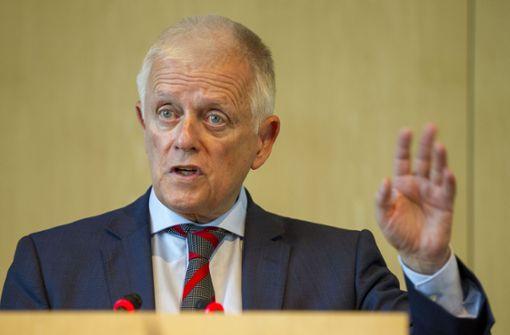 OB Fritz Kuhn musste seine Rede zu Beginn der Generaldebatte unterbrechen, weil es zu tumultig im Sitzungssaal wurde. Foto: Lichtgut/Leif Piechowski