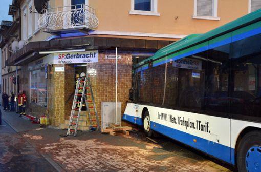 Schulbus kracht in Hauswand - 21 Kinder sind verletzt