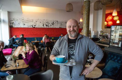 Betreiber Jean Ravel in seinem Café Heilignüchtern am Hölderlinplatz. Foto: Lichtgut/Leif Piechowski