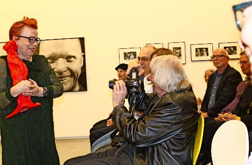 Walter Schels hat die Kamera immer parat – auch wenn ihm die Galeristin Karin Abt-Straubinger ein Hörl-Erdmännchen überreichen will. Foto: Sabine Schwieder