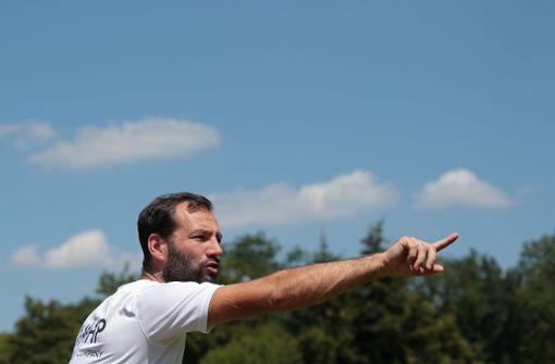 Kickers-Coach Tobias Flitsch weist den Weg. Foto: Pressefoto Baumann