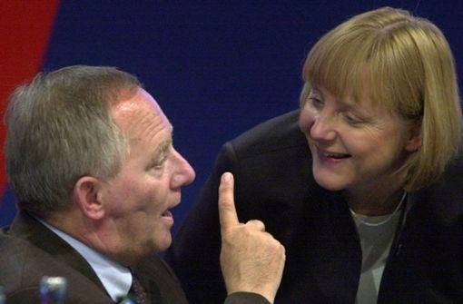 Der ehemalige CDU-Vorsitzende Wolfgang Schäuble unterhält sich am 3. Dezember 2001 auf einem Parteitag in Dresden mit seiner Nachfolgerin Angela Merkel. Foto: dpa