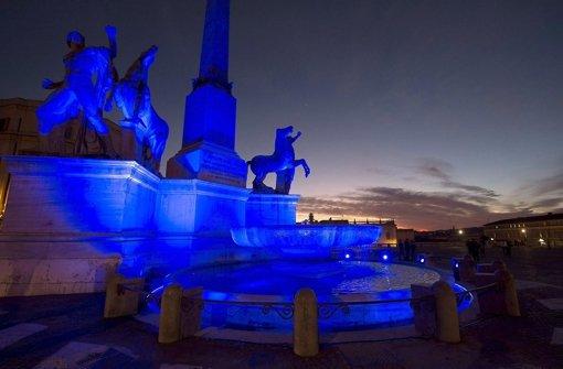 Zum Welt-Autismus-Tag leuchtet der Dioskurenbrunnen in Rom in blau. Foto: dpa/Italian Presidency Press Office