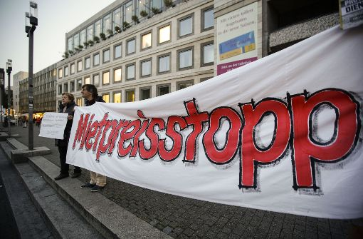 Demonstranten protestieren vor dem Rathaus gegen steigende Mieten Foto: Lichtgut/Leif Piechowski