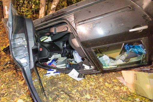 Am Donnerstag hat sich in Stuttgart-Birkach ein Peugeot überschlagen. Der 46-jährige Fahrer ist dabei schwer verletzt worden. Foto: www.7aktuell.de | Oskar Eyb