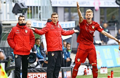 Wohin denn nun? Beim VfB stellen sich Co-Trainer Miguel Moreira, Chefcoach Hannes Wolf und Abwehrspieler Timo Baumgartl (von links) wichtige Fragen. Foto: Baumann