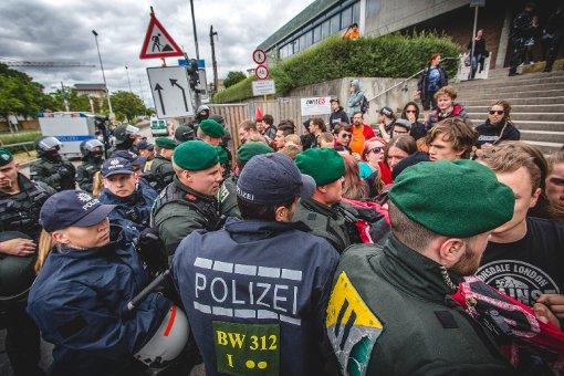 Am Rande der Demo für alle gegen den grün-roten Bildungsplan ist es in Stuttgart zu Rangeleien gekommen. Alles in allem verliefen die Demonstration und die Gegendemonstration allerdings recht friedlich. Foto: www.7aktuell.de | Robert Dyhringer