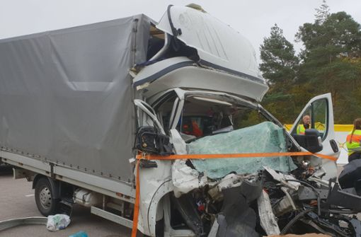 Transporterfahrer fährt ungebremst in Stauende