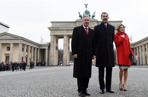 Zu Besuch im unwirtlichen Berlin: König Felipe (Mitte) und Königin Letizia von Spanien mit Berlins Regierendem Bürgermeister Klaus Wowereit. Foto: dpa