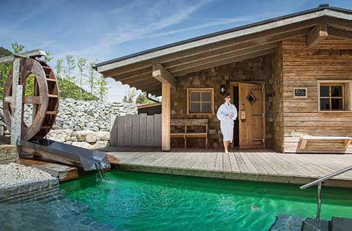 Saunalandschaft mit Blockhaussauna im Freien.  Foto: Panoramahotel Oberjoch GmbH