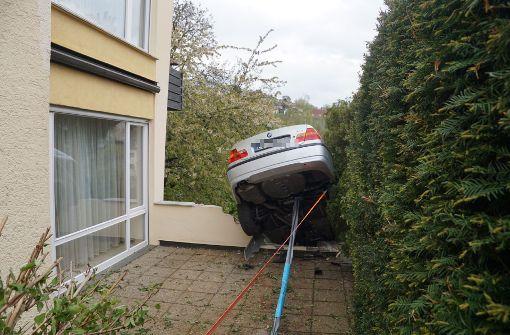 Eine 91-Jährige verwechselt beim Ausparken Brems- und Gaspedal, schanzt über eine Terrasse ...  Foto: SDMG