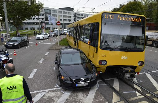 Auto knallt gegen Stadtbahn