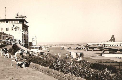 Die Besucherterrasse des Stuttgarter Flughafen war für viele ein Ziel von Sonntagsausflügen. Auf dem Foto aus dem Jahr 1958 ist das alte Flughafengebäude zu sehen,  das 1939 eröffnete, unvergessene  Terminal 3,  das im Jahr 2000 abgerissen worden ist. Foto: Thomas Mack