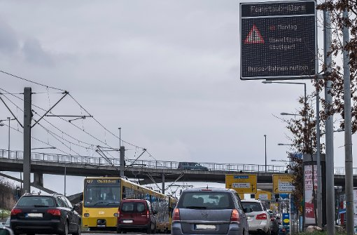Warntafeln weisen auf den Feinstaubalarm hin. Foto: Stadt Stuttgart: Max Kovalenko/Lichtgut