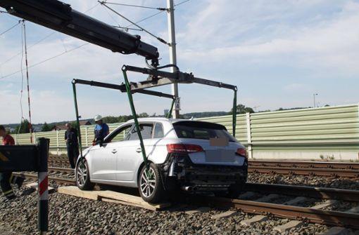 Auto schanzt auf Bahngleise
