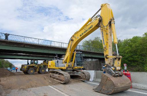 Am Wochenende wird auf der A5 eine Autobahnbrücke abgerissen. (Symbolfoto) Foto: dpa