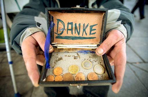 Ein Bettler bittet um Geldspenden Foto: dpa