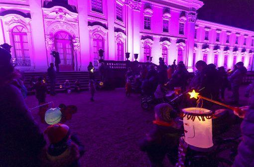 Laternenumzug vor lila Schloss