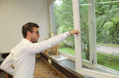 Fabian Frick führt vor, dass sich die Fenster nicht ganz öffnen lassen, weil alles zu eng ist. Foto: Tilman Baur