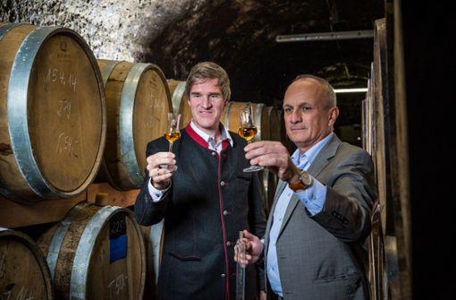 Rothaus-Chef Christian Rasch (links) und Kammer-Kirsch-Geschäftsführer Gerald Erdrich bei einem Glas Whiskey. Foto: Rothaus/Britt Schilling
