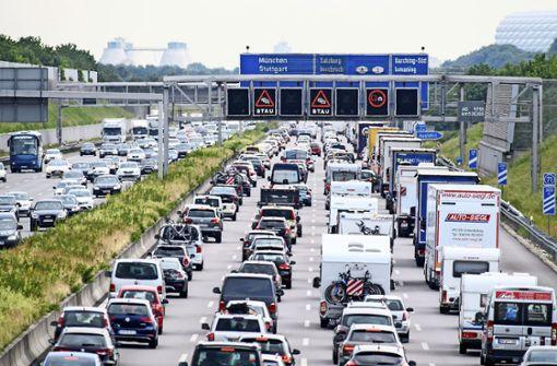 Ein bekanntes Bild: Stau auf der Autobahn während des Sommerreiseverkehrs. Foto: dpa