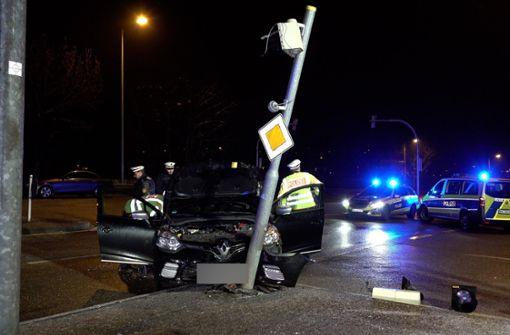 61-Jähriger setzt Auto gegen Ampelmast