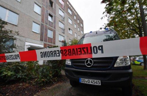 Ein Fahrzeug der Kriminaltechnik versperrt den Zugang zu einem Haus im Leipziger Stadtteil Paunsdorf, wo Dschaber al-Bakr verhaftet werden konnte. Foto: dpa