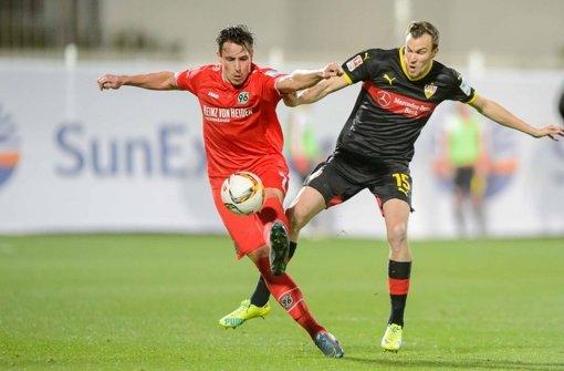 Zeigte schon beim Freundschaftsspiel gegen Hannovers Edgar Prib (links)  großen Einsatz: Kevin Großkreutz im VfB-Dress Foto: dpa